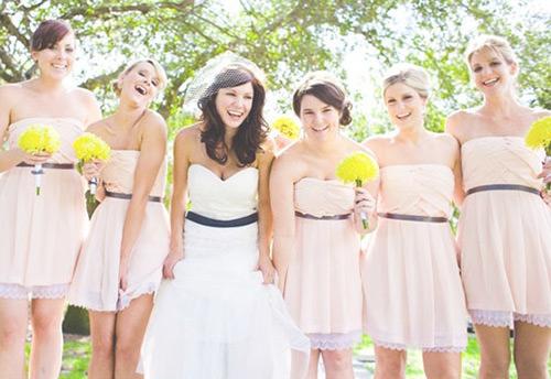 O vestido das madrinhas acompanham um cintinho no meio, assim como o da noiva, que gracinha