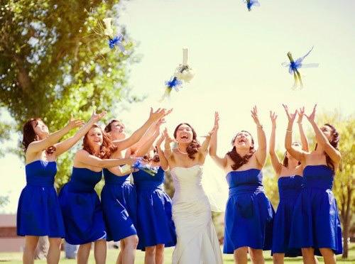 Adoro a cor azul escuro, dá um super contraste com o vestido de noiva
