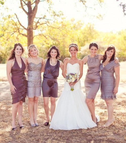Vestidos de madrinha curto com modelos diferentes mas o mesmo tom de cor. Essa cor ficou um luxo