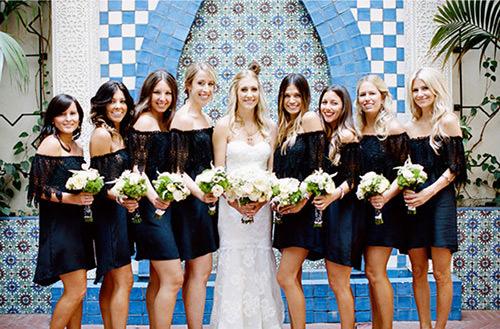 Muitos países são adeptos a vestido de cor preto para as madrinhas, acho super fino e elegante. E vocês gostam?