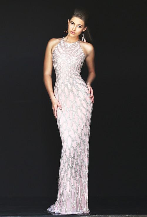 Quem diria que um vestido todo bordado assim ficaria tão chique e um luxo só?