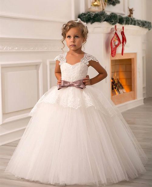 O cinto de cetim colorido deu um contraste lindo nessa fofura de vestido