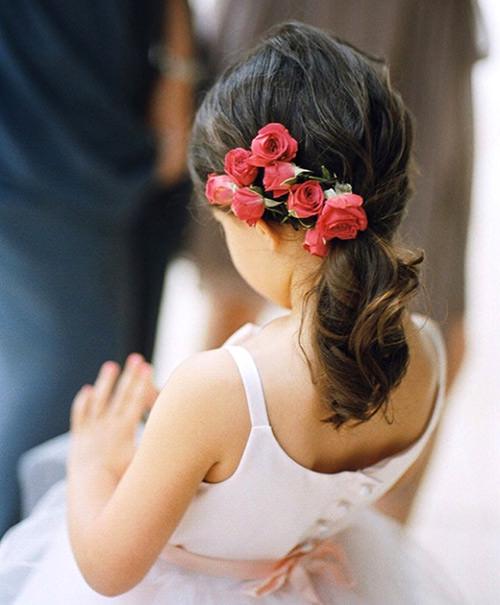 As flores dão muita diferença e deixam os penteados para daminhas ainda mais delicado