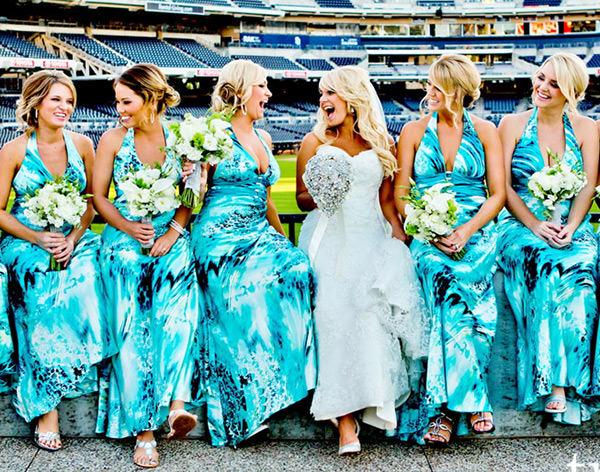 Vestidos de Madrinha Azul estampado é mega descontraído e super moderno