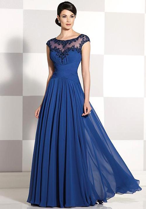 Vestido azul com acessorios dourado