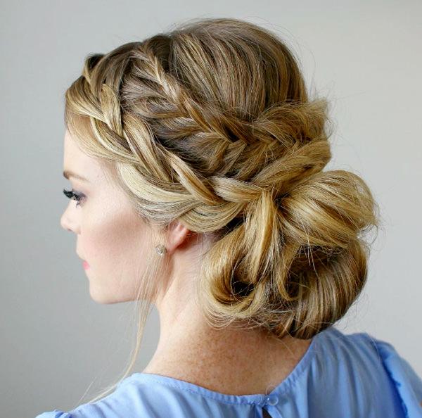 O penteado com duas tranças fica ainda mais elegante
